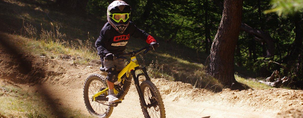 Photo d'un enfant participant à un stagesVTT enfants au bike park de Serre Chevalier Briançon par Xtreme Shooting